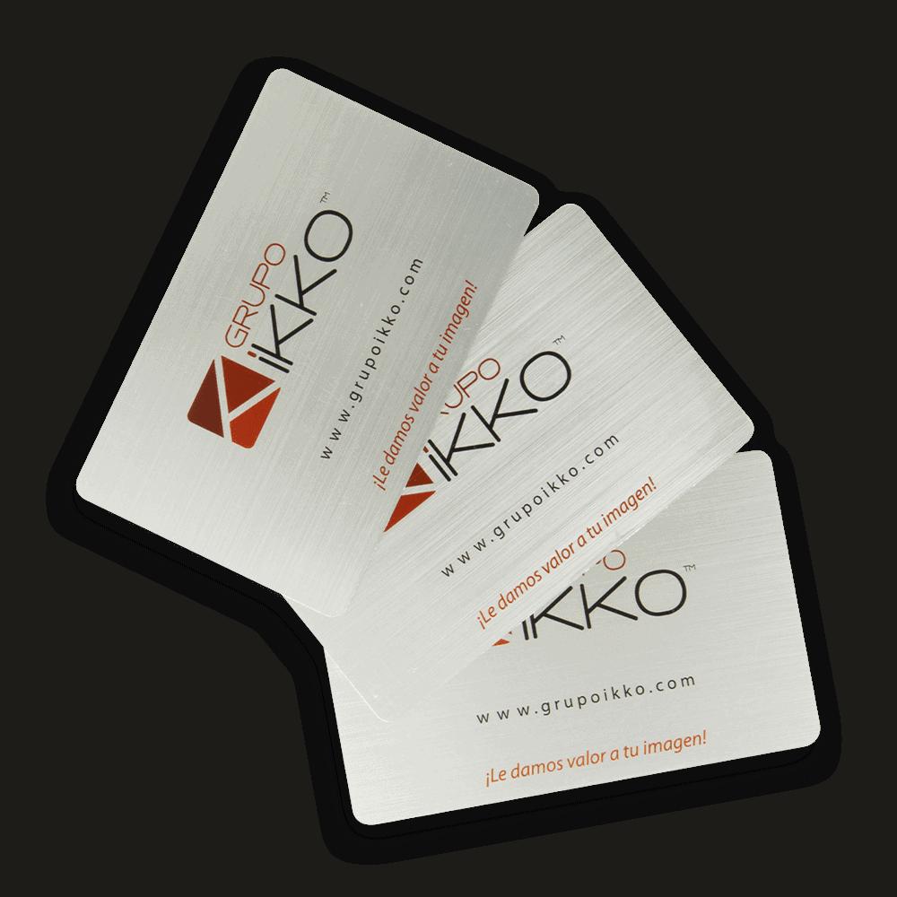 tarjetas con acabado metálico o de aluminio En Plastikko